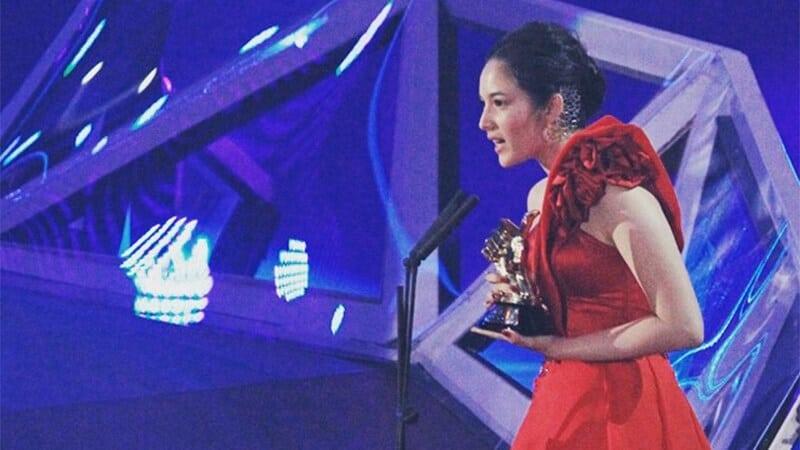 Profil Chelsea Islan - Chelsea Saat Menerima Penghargaan