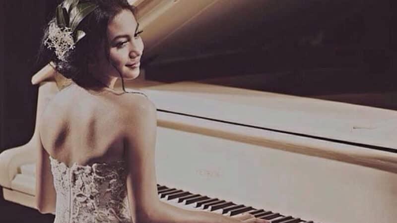Instagram Ariel Tatum - Memainkan Alat Musik