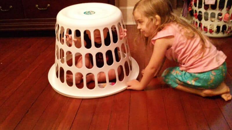 Foto foto bayi lucu - Adik yang dikurung kakaknya