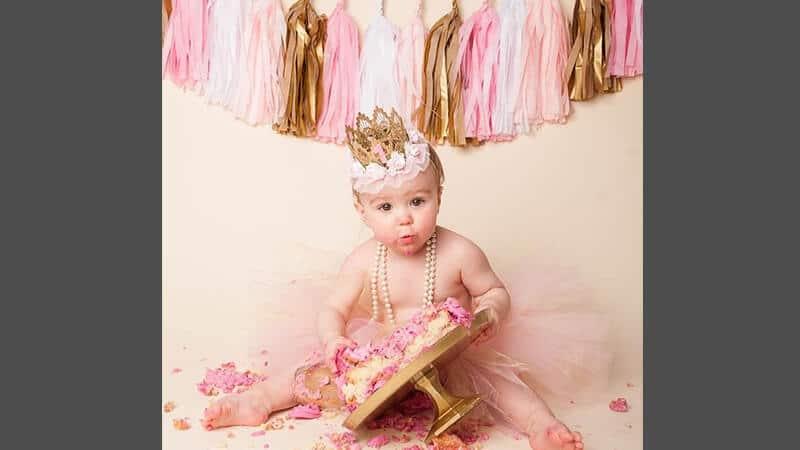Foto foto bayi lucu - Bayi makan kue tart
