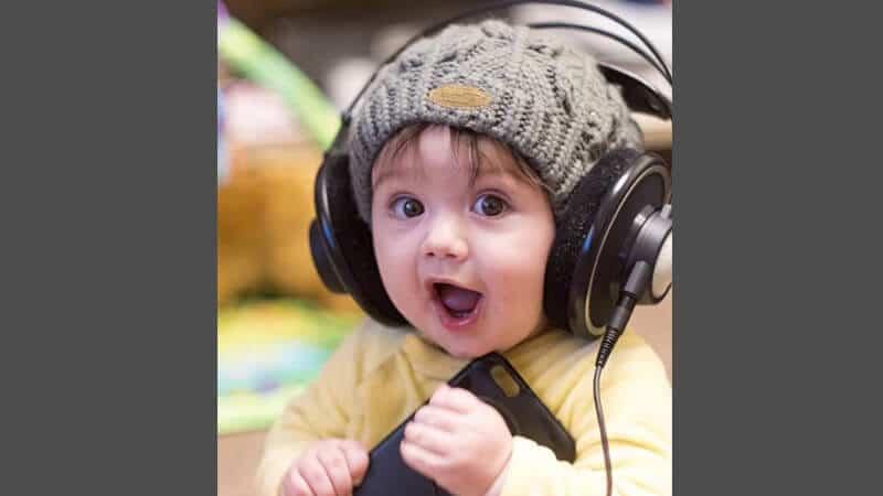 Foto foto bayi lucu - Mendengarkan musik