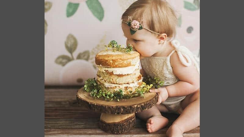 Foto foto bayi lucu - Bayi makan kue