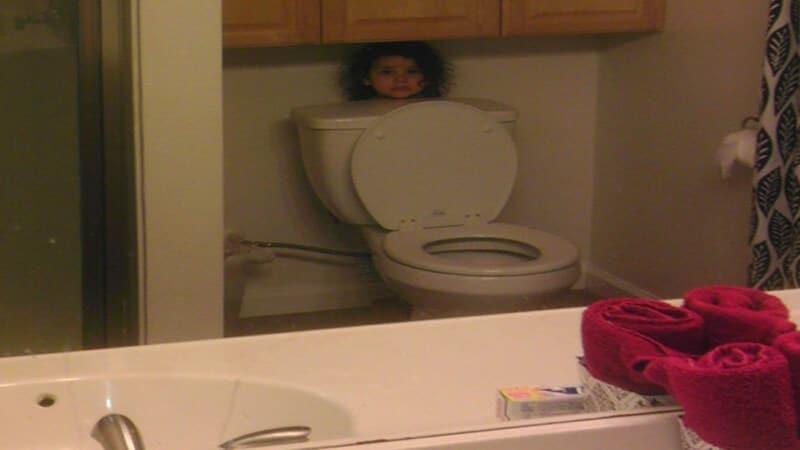 Foto foto bayi lucu - Bayi ngumpet di kamar mandi