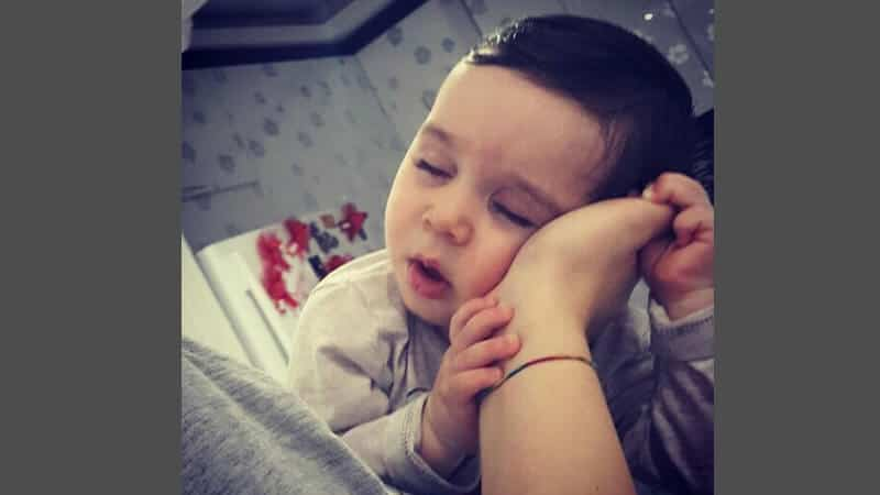 Foto foto bayi lucu - Bayi nempel tangan