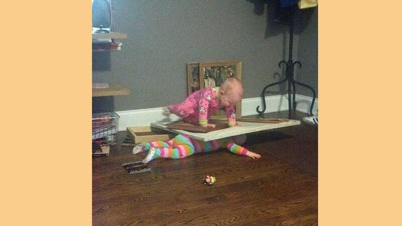 Foto foto bayi lucu - Saudara yang usil