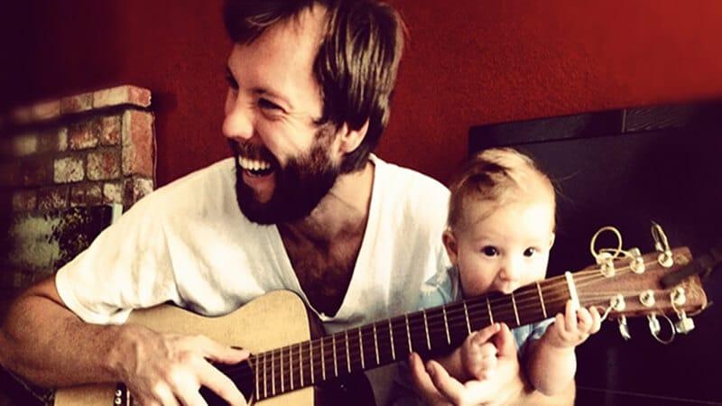 Foto foto bayi lucu - Memakan gitar