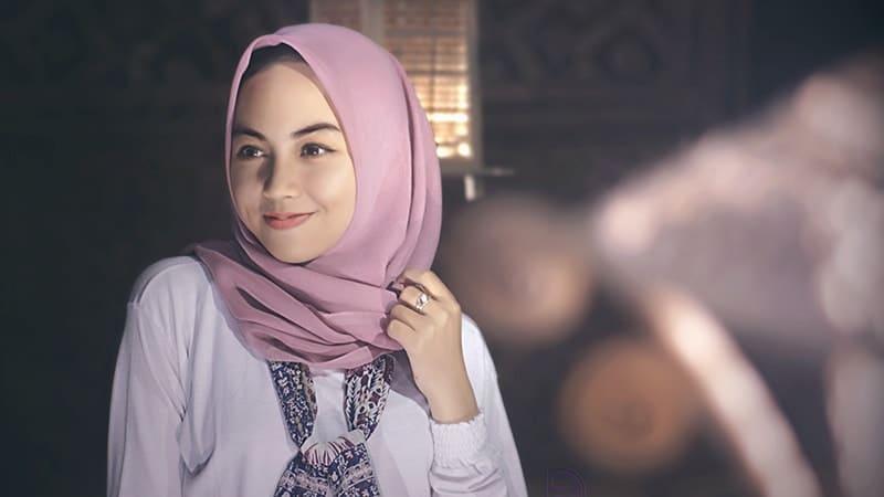 Tutorial Hijab Segi Empat Simple - Jilbab Merah Muda