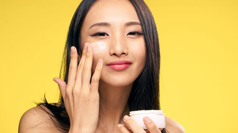 Cream Pemutih Wajah Aman dan Cepat - Perempuan Asia Oles Krim Muka