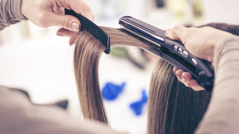 Penyebab Rambut Rontok pada Wanita - Meluruskan Rambut dengan Catok