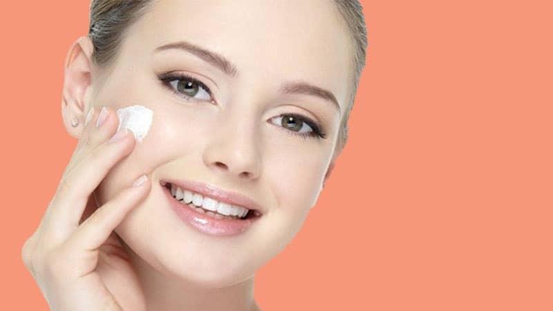 Cara Memutihkan Wajah dengan Cepat - Mengoleskan Krim Pemutih Wajah