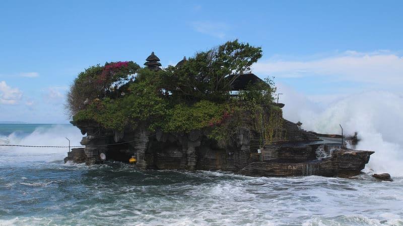 Tempat wisata Tanah Lot Bali - Pura utama saat pasang
