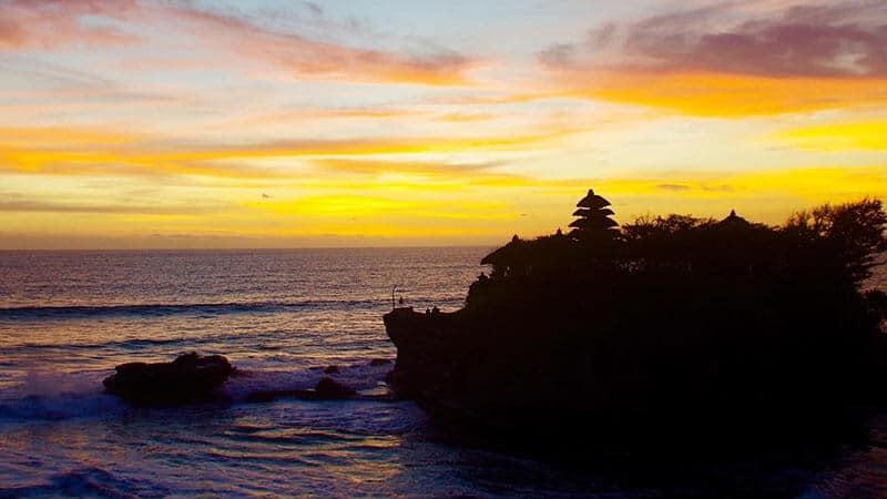 Tempat wisata Tanah Lot Bali - Golden sunset