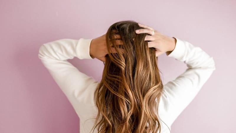 Shampo Anti Ketombe Paling Ampuh - Perempuan Memegang Kepala