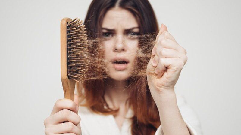 Cara Mengatasi Rambut Rontok Parah - Perempuan Rambut Rontok