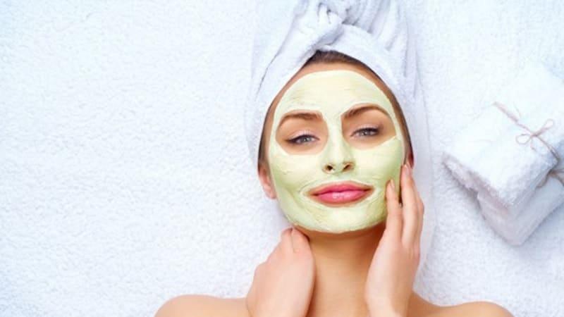 Masker Pemutih Wajah Yang Bagus - Perempuan Memakai Masker Wajah