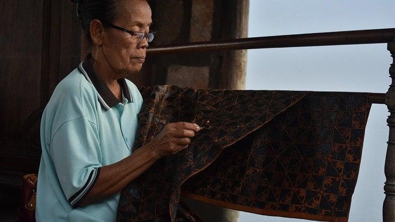 Model baju batik modern wanita - Membatik
