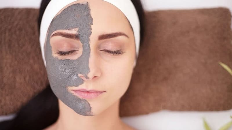 Masker Pemutih Wajah Yang Bagus - Perempuan Memakai Masker Clay