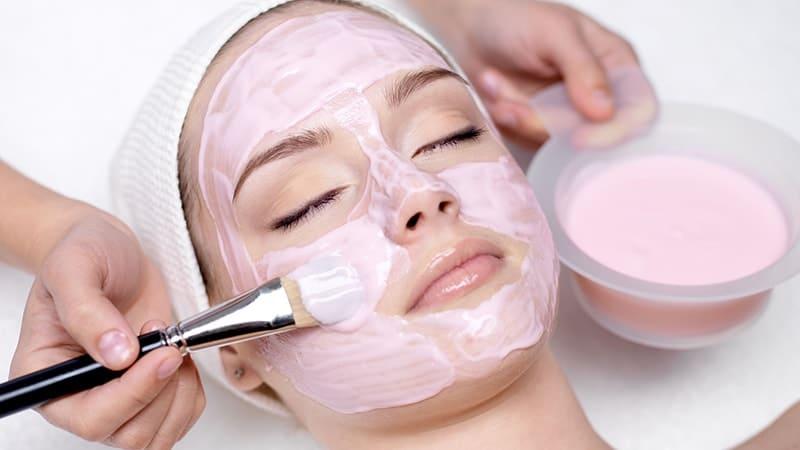Masker Pemutih Wajah Yang Bagus - Perempuan Memakai Masker Krim