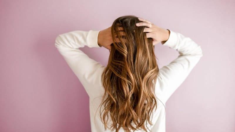 Penyebab ketombe parah - Wanita memegang rambut