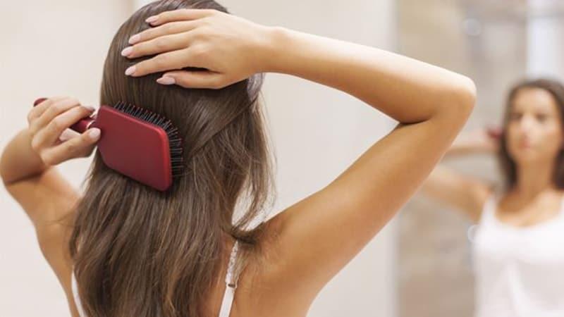 Cara Mengatasi Ketombe dan Gatal - Perempuan Menyisir Rambut