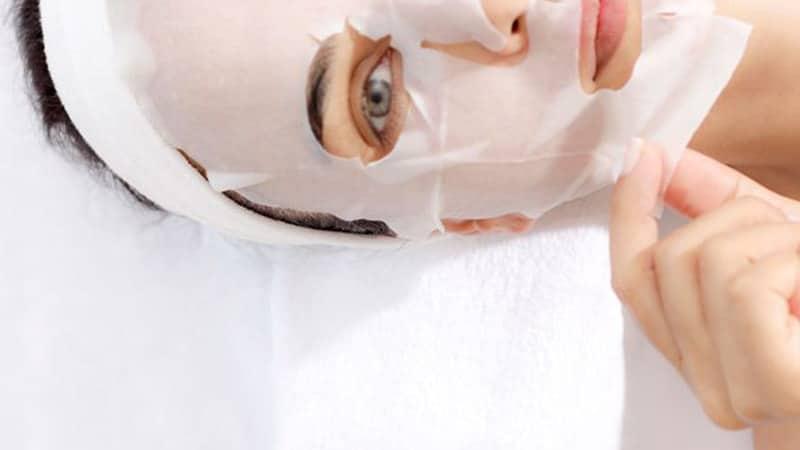 Masker Pemutih Wajah Yang Bagus - Perempuan Memakai Masker Sheet Mask