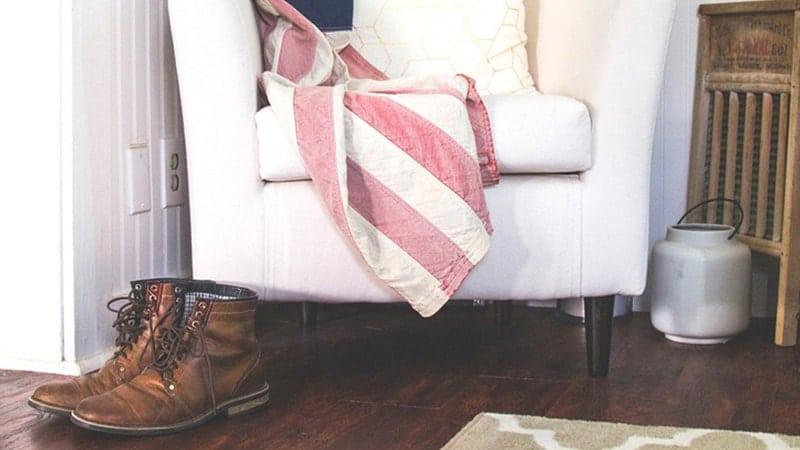 Model Sepatu Boots Wanita - Sepatu Boots di Samping Sofa