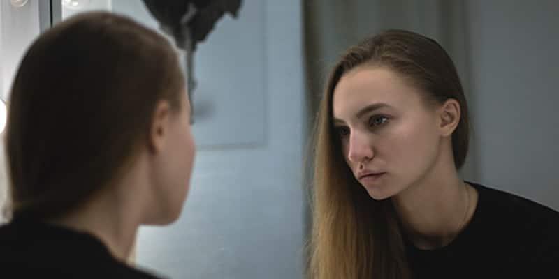 Penyebab komedo di wajah - Gadis bercermin