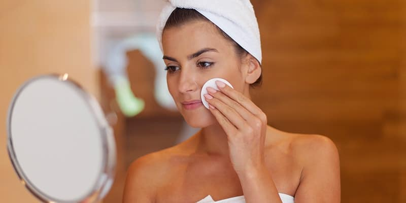 Penyebab komedo di wajah - Membersihkan wajah