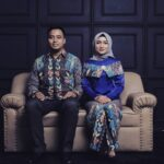 Model baju batik couple modis - Pasangan berbaju batik