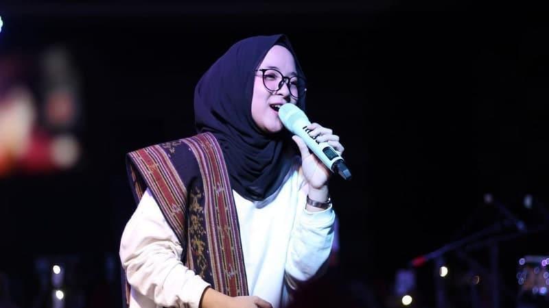 Biodata Nissa Sabyan Lengkap - Aksi Nissa Sabyan di Panggung