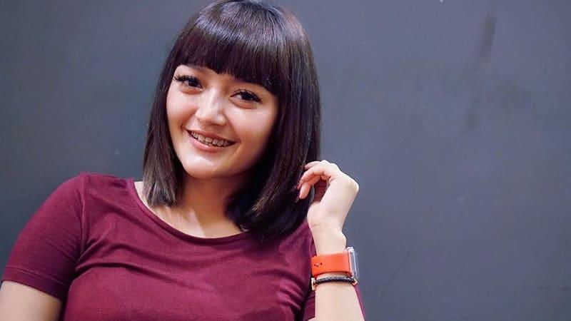 Foto-Foto Siti Badriah - senyuman manis