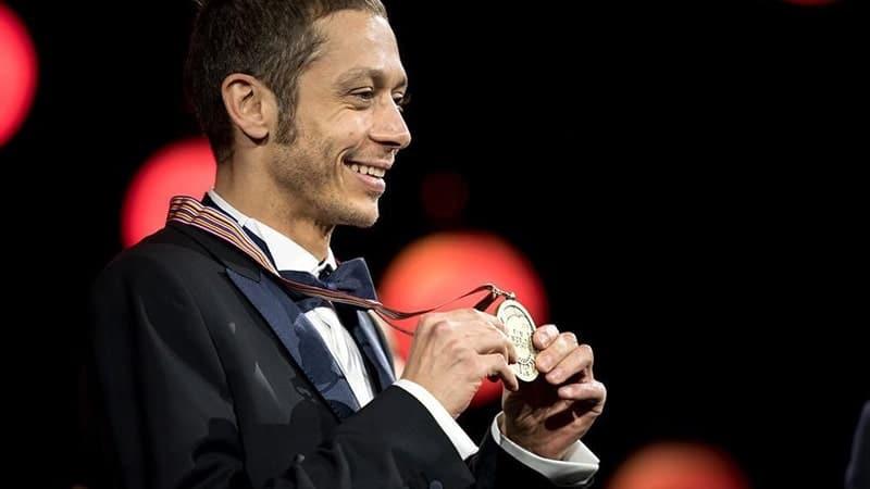 Biodata Valentino Rossi lengkap - Vale memegang medali