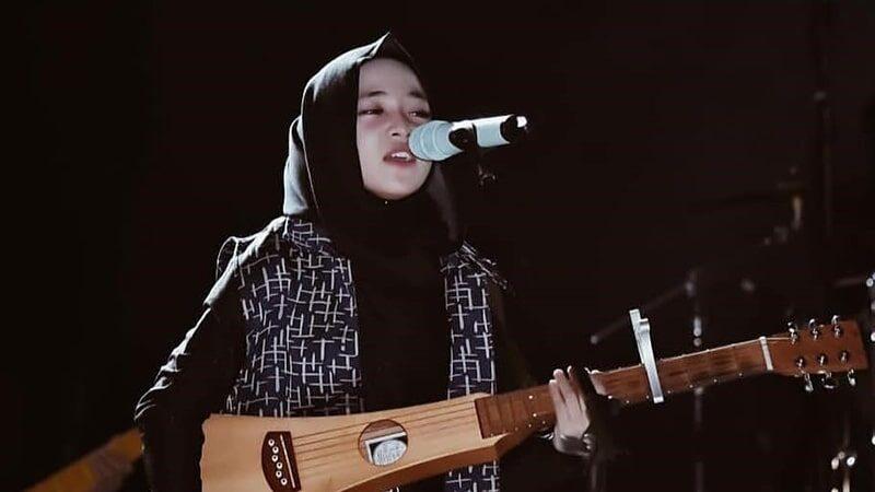 lirik lagu Nissa Sabyan Ya Maulana - Nissa sedang memainkan alat musik