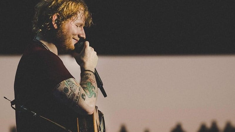 Biodata Ed Sheeran - Ed sedang menyanyi