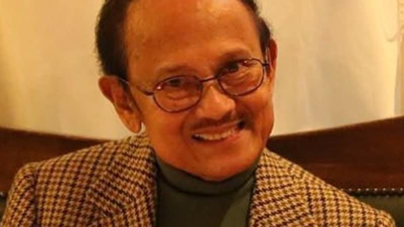Biografi BJ Habibie Lengkap - BJ Habibie Tersenyum