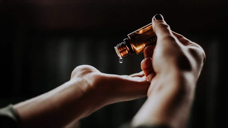 Contoh Cerita Anekdot Singkat - Menuangkan Minyak Pijat dari Botol