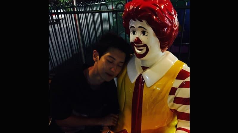 Foto-Foto Chanyeol EXO - Chanyeol Bersandar di Patung