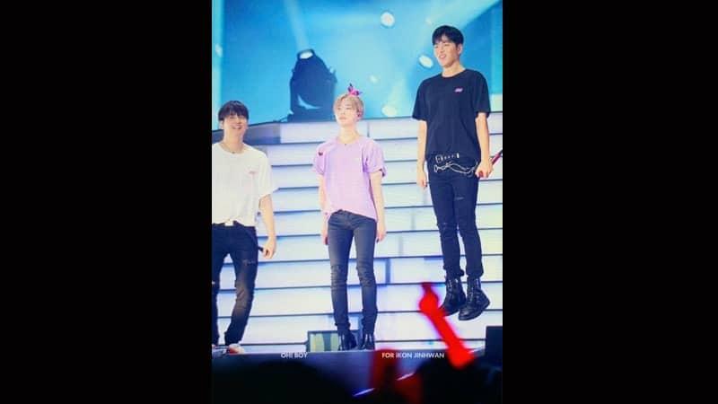 Foto June iKON - Pose Melayang di Panggung Konser