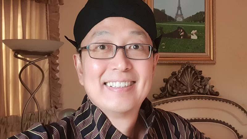 Biografi Tung Desem Waringin - Mengenakan Pakaian Jawa