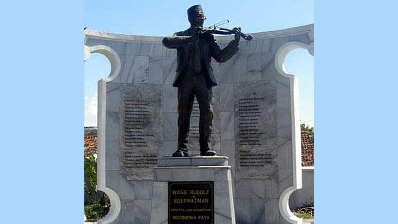 Patung WR Supratman di Surabaya