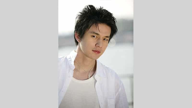 Foto Lee Dong Wook Mengenakan Hem Putih