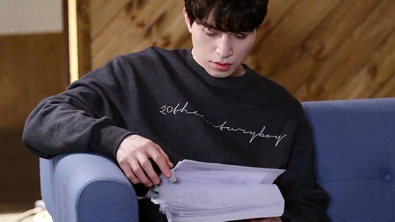 Profil Lee Dong Wook - Membaca Naskah
