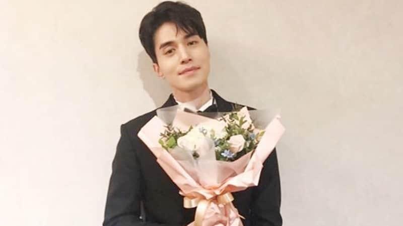 Biodata Lee Dong Wook - Memegang Bunga