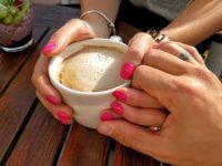 Kata-Kata Romantis buat Istri - Menggenggam Tangan Istri