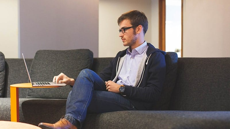 Kata Mutiara untuk Suami yang Sedang Bekerja - Duduk di Sofa