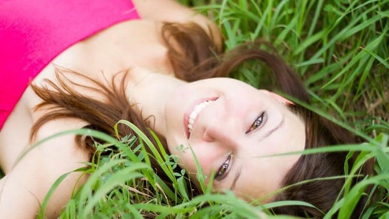 Kata Bijak Kesederhanaan Wanita - Tiduran di Rumput