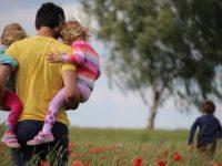 Kata Bijak tentang Perjuangan Seorang Ayah - Menggendong Dua Anak