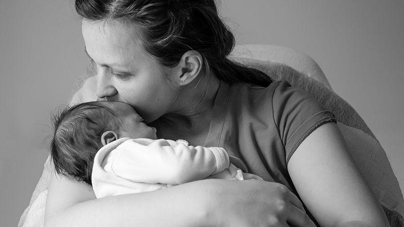 Kata-Kata Harapan Seorang Ibu untuk Anaknya - Mendekap Bayi