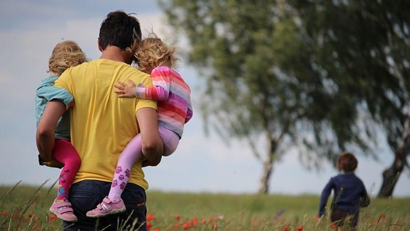 Ucapan Terima Kasih untuk Suami - Ayah Menggendong anak
